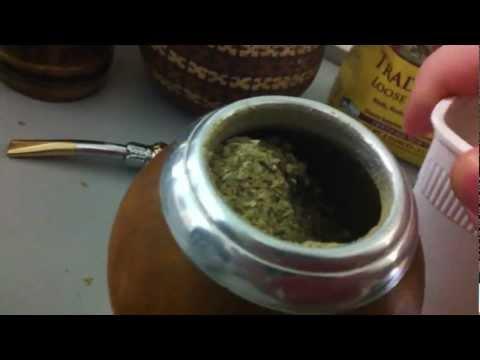 3 аккуратно наклоните калабас, чтобы йерба образовала горочку на одной из стенок сосуда
